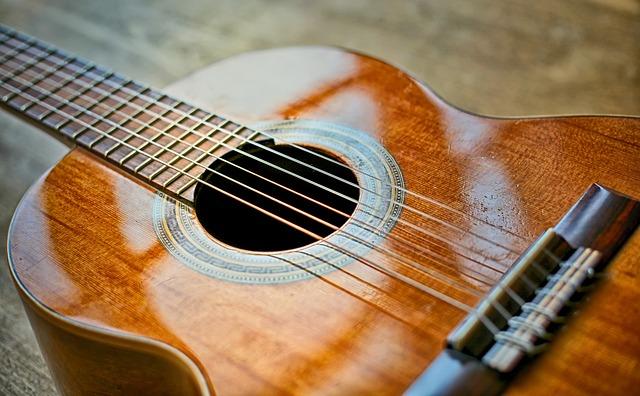 להחליף מיתרים בגיטרה קלאסית